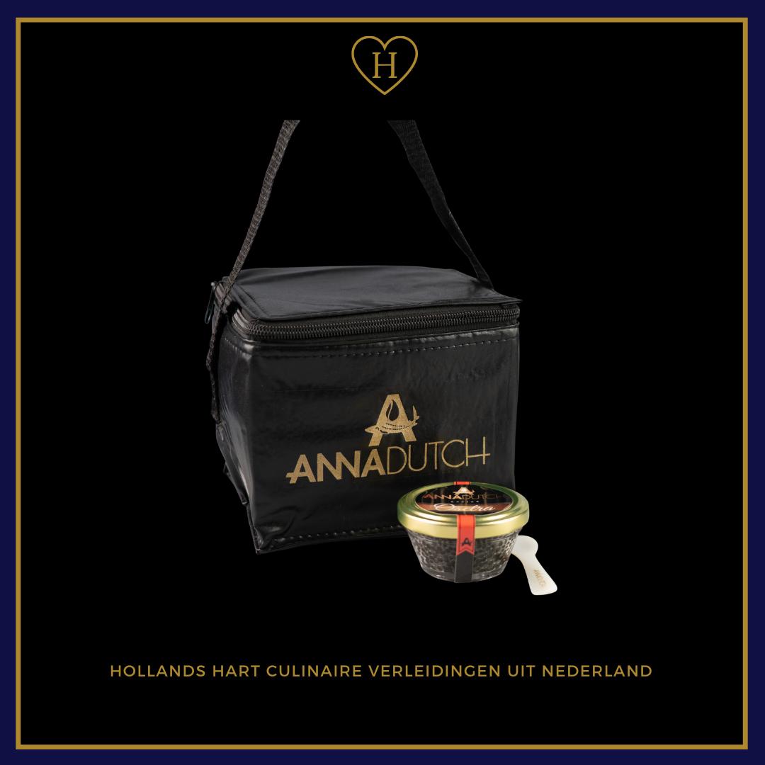 Kaviaar 56 gram in glas inclusief parelmoer lepeltje verpakt in een zwarte koel tas.
